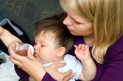Bebé que introduce de la madre Fotografía de archivo libre de regalías