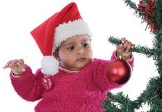 Bebé que joga com árvore de Natal imagem de stock