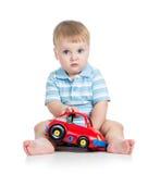 Bebé que joga com carro do brinquedo fotografia de stock royalty free