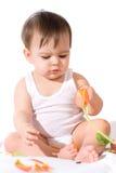 Bebé que joga com flores fotografia de stock royalty free
