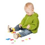Bebé que joga com letras imagens de stock