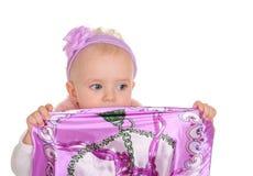 Bebé que joga com o kerchief no fundo branco Imagem de Stock