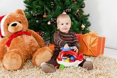 Bebé que joga com um brinquedo no Natal imagem de stock royalty free