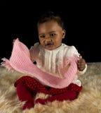 Bebé que joga com um lenço Foto de Stock Royalty Free
