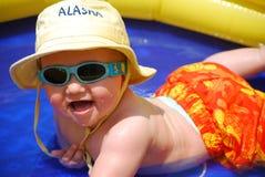 Bebé que joga em uma piscina fotografia de stock royalty free