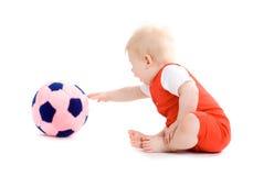 Bebé que joga o futebol imagem de stock