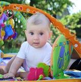 Bebé que juega al aire libre imagenes de archivo