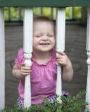 Bebé que juega al aire libre foto de archivo