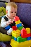Bebé que juega con el bloque Fotos de archivo libres de regalías