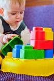Bebé que juega con el bloque Fotografía de archivo