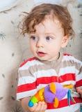Bebé que juega con el bloque Foto de archivo libre de regalías