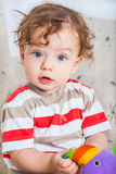 Bebé que juega con el bloque Imágenes de archivo libres de regalías