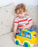Bebé que juega con el bloque Foto de archivo
