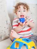 Bebé que juega con el bloque Fotografía de archivo libre de regalías