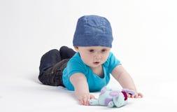 Bebé que juega con el juguete Fotografía de archivo