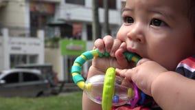 Bebé que juega con el juguete, niño, recién nacido almacen de metraje de vídeo