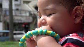 Bebé que juega con el juguete, niño, recién nacido almacen de video