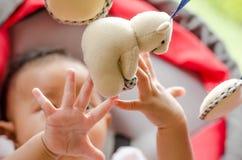 Bebé que juega con el móvil en la cuna Fotografía de archivo