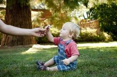 Bebé que juega con el papá Foto de archivo