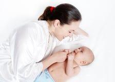 Bebé que juega con la madre Imágenes de archivo libres de regalías
