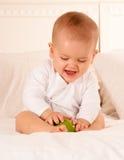 Bebé que juega con la manzana fotografía de archivo
