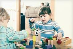 Bebé que juega con los bloques del juguete Imagen de archivo