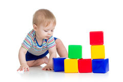 Bebé que juega con los bloques huecos Fotografía de archivo