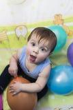 Bebé que juega con los globos Imagenes de archivo