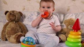 Bebé que juega con los juguetes almacen de video