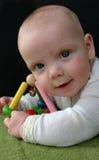 Bebé que juega con traqueteo Imagen de archivo libre de regalías