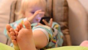 Bebé que juega con un teléfono almacen de video