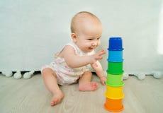 Bebé que juega el desarrollo temprano de la alegría de la pirámide Fotos de archivo