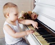 Bebé que juega el piano Imagen de archivo libre de regalías
