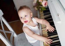 Bebé que juega el piano Imagen de archivo