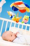 Bebé que juega en cama Fotos de archivo libres de regalías