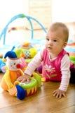 Bebé que juega en el país imagen de archivo libre de regalías