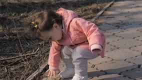 Bebé que juega en el parque almacen de video