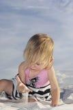 Bebé que juega en la arena blanca Fotografía de archivo