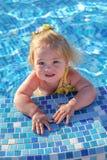 Bebé que juega en piscina Imagen de archivo