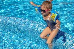 Bebé que juega en piscina Fotografía de archivo libre de regalías
