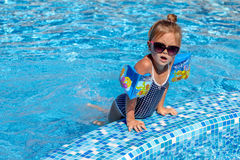 Bebé que juega en piscina Imágenes de archivo libres de regalías