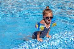 Bebé que juega en piscina Fotos de archivo