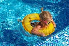 Bebé que juega en piscina Imagenes de archivo