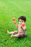 Bebé que juega maracas Imagen de archivo