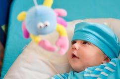 Bebé que juega ojeada un abucheo Imagen de archivo libre de regalías