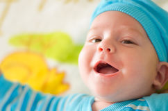 Bebé que juega ojeada un abucheo Imágenes de archivo libres de regalías