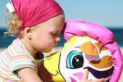 Bebé que juega tiempo en la playa Foto de archivo libre de regalías