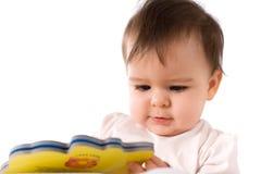 Bebé que lee un libro Imagen de archivo libre de regalías