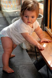 Bebé que levanta para colocarse Imagen de archivo libre de regalías