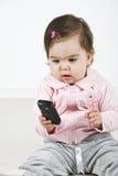 Bebé que llama por el teléfono móvil Fotos de archivo